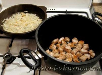 Обжариваем курицу и лук