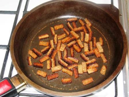 Обжариваем хлеб на оливковом масле