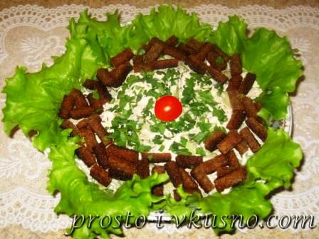 Салат из курицы с сельдереем и гренками