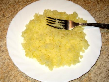 Картошку разминаем вилкой