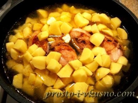 Добавляем картошку к курице