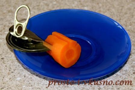 Вырезаем цветы из морковки