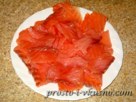 Красную рыбу нарезаем тонкими кусочками