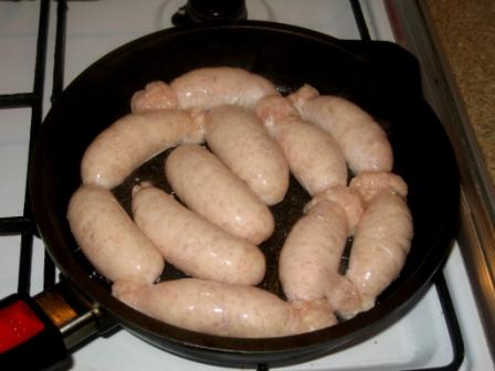 Выкладываем колбаски на сковороду