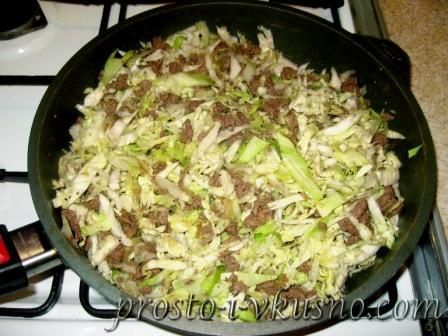 Добавляем в сковороду капусту