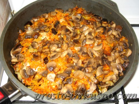 Выкладываем обжаренные грибы поверх морковки с луком