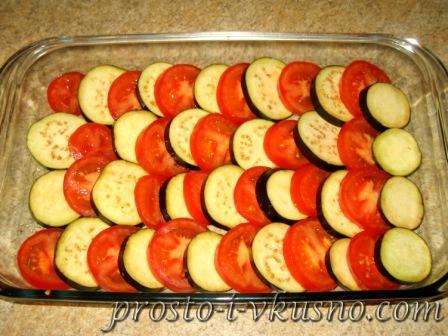 Выкладываем помидоры и баклажаны в форму