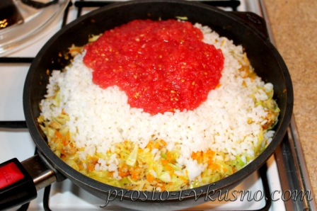 Добавляем рис и помидоры