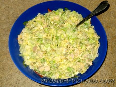 Смешиваем и заправляем салат