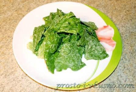 vykladyvaem-na-tarelku-listya-salata