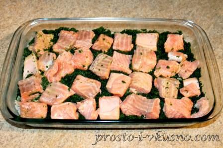 Поверх риса - шпинат и рыбу