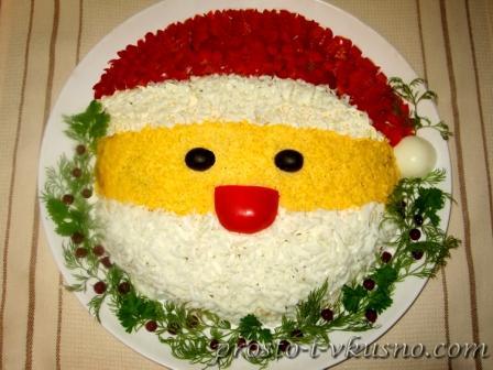 Салат Санта Клаус с курицей, грибами и кукурузой