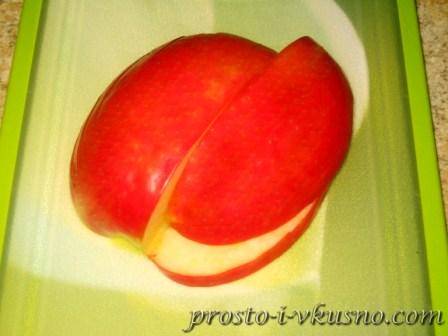 Вырезаем часть яблока