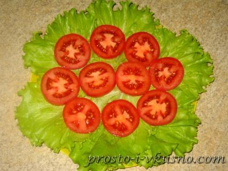 Выкладываем помидоры на листья салата