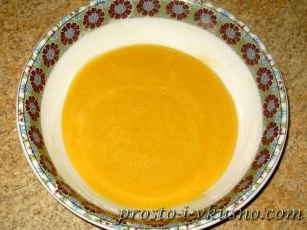 Перемешиваем сухую смесь и яйца