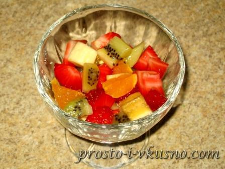 Раскладываем фрукты по креманкам