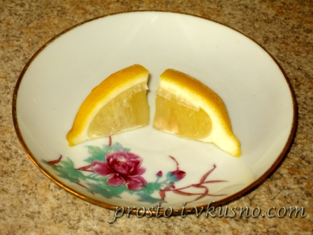 Четвертинку лимона режем пополам
