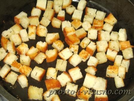 Обжариваем сухарики на растительном масле