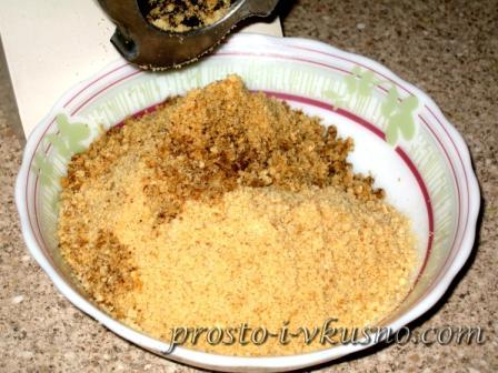 Часть орехов и печенья пропускаем через мясорубку