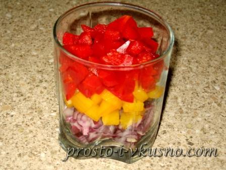 Стакан с нарезанными овощами