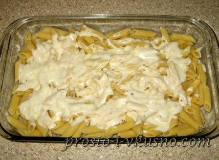 Выкладываем в форму макароны и часть соуса