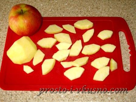 Яблоко нарезаем кусочками