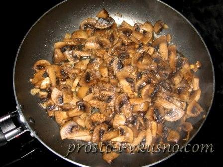 Обжариваем грибы с чесноком