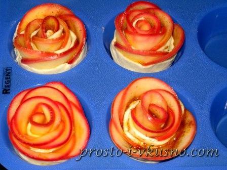 Выкладываем розы в силиконовую форму