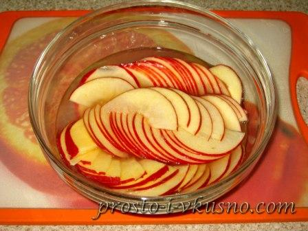 Опускаем яблоки в воду с лимоном