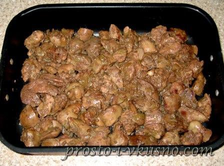 Выкладываем печень с луком в форму