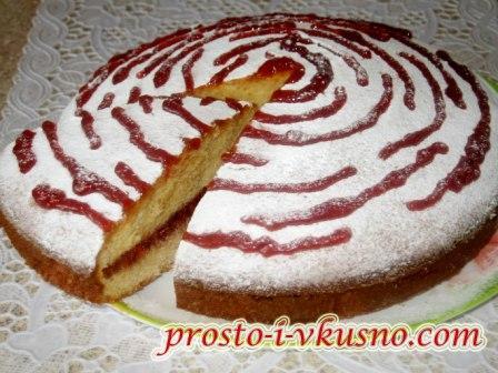 Пирог на сгущенке с джемом