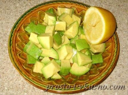 Авокадо поливаем лимонным соком