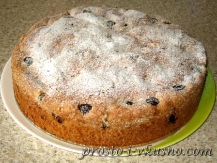 Пирог посыпаем сахарной пудрой