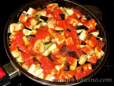 Выливаем томат в сковороду