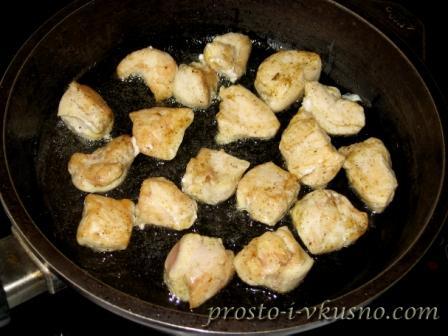 Кусочки куриного филе обжариваем на сковороде