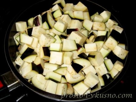 Выкладываем баклажаны в сковороду