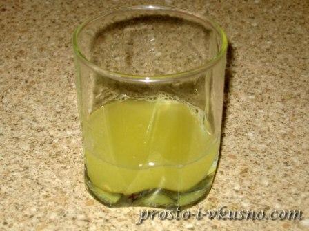 Из лимона выжимаем сок