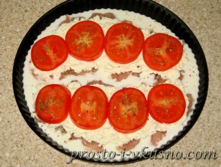 На филе выкладываем творог и помидоры