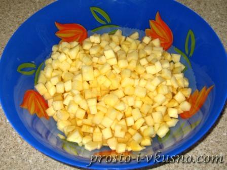 Яблоки режем мелкими кубиками