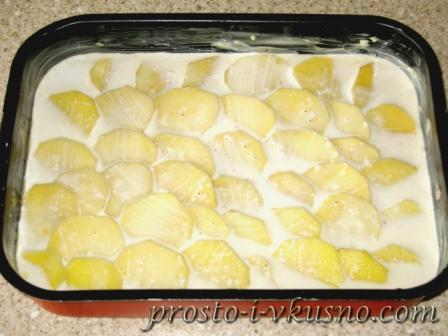 Слои картофеля заливаем соусом