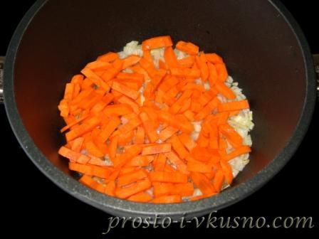 Добавляем порезанную соломкой морковь
