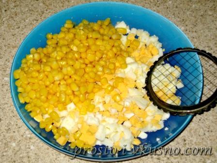 smeshivaem-yajtsa-kukuruzu-i-majonez