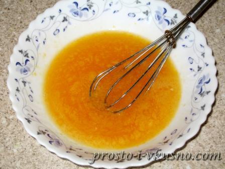 Яйца взбиваем с сахаром и солью