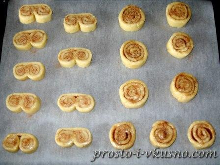 Нарезаем печенье и выкладываем на противень