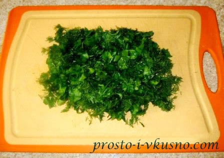 Зелень мелко режем
