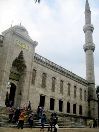 Вход во двор Голубой мечети для туристов