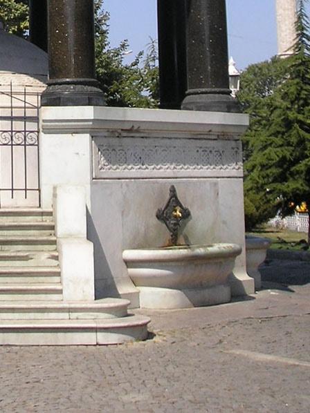 Один из 7 кранов Немецкого фонтана