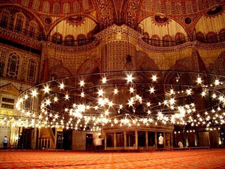 Зал мечети в вечернее время