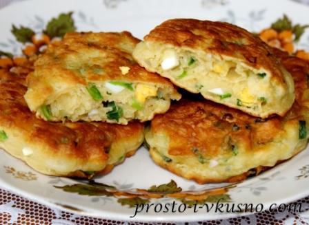 ленивые пирожки с луком и яйцом на сковороде