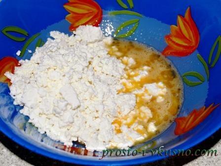 Смешиваем сахар, творог и яйца